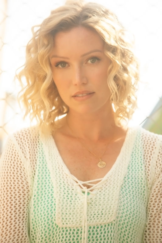 ELIZABETH CROMPTON - La mainboard (website)